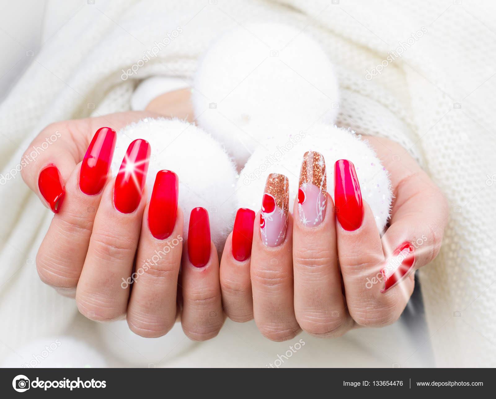 rote Nägel für Ihre fantastische Weihnachten dekoriert — Stockfoto ...