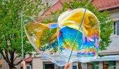 Fotografia grande bolla di sapone di molti colori
