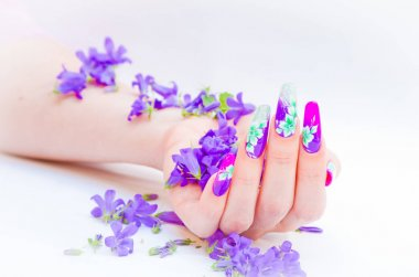 Nails decorated with floral arrangements for a colorful spring a