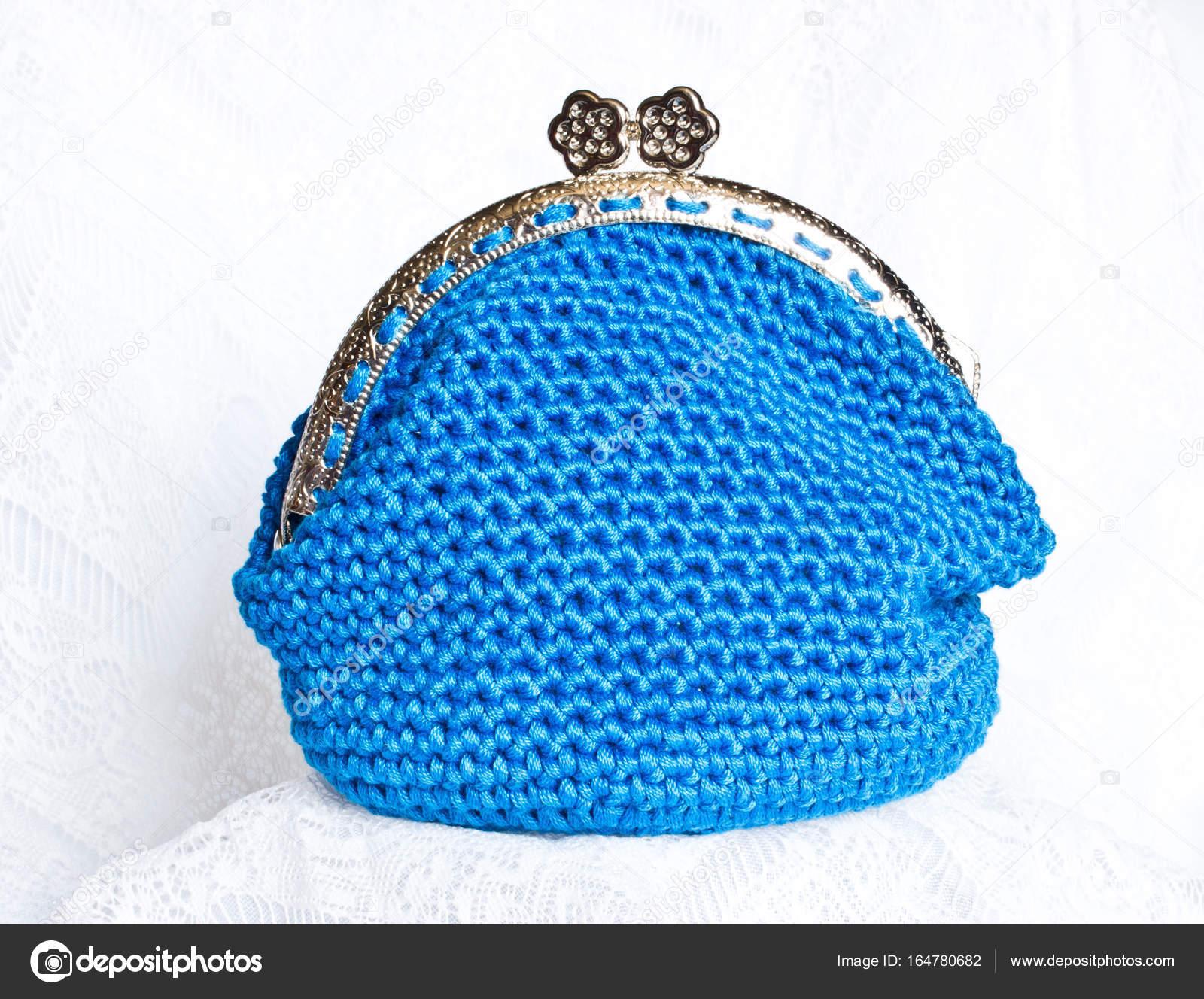 Handarbeit häkeln Geldbörse mit Baumwollfaden in blauer Farbe ...