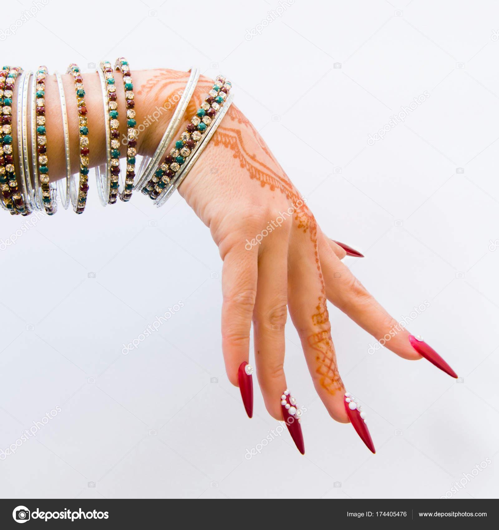 Uñas Decoradas Con Brillantes Y Con Tatuajes De Henna Foto De