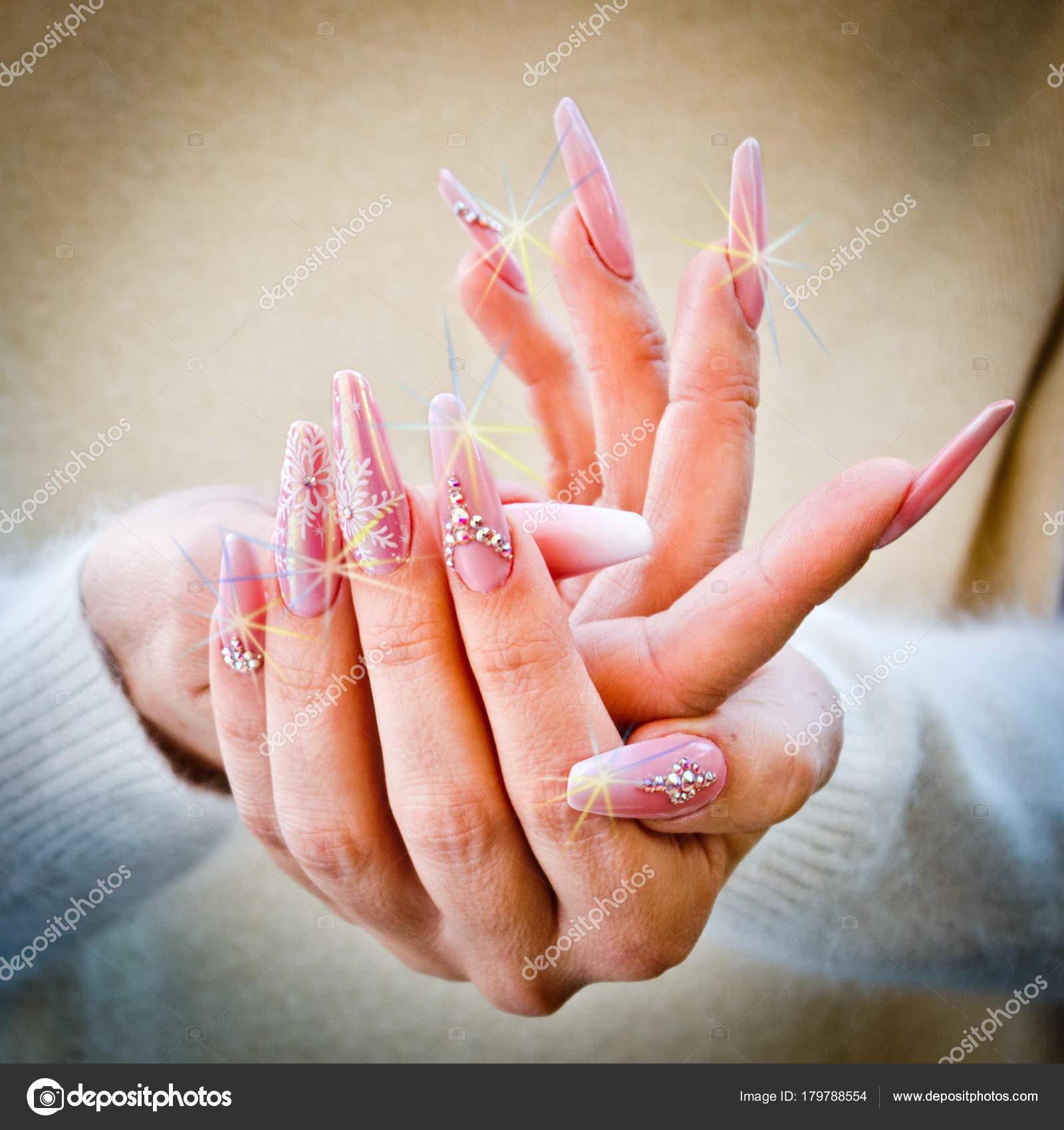 Unas Decoradas Con Color Rosa Y Blanco Fotos De Stock C Pmmart