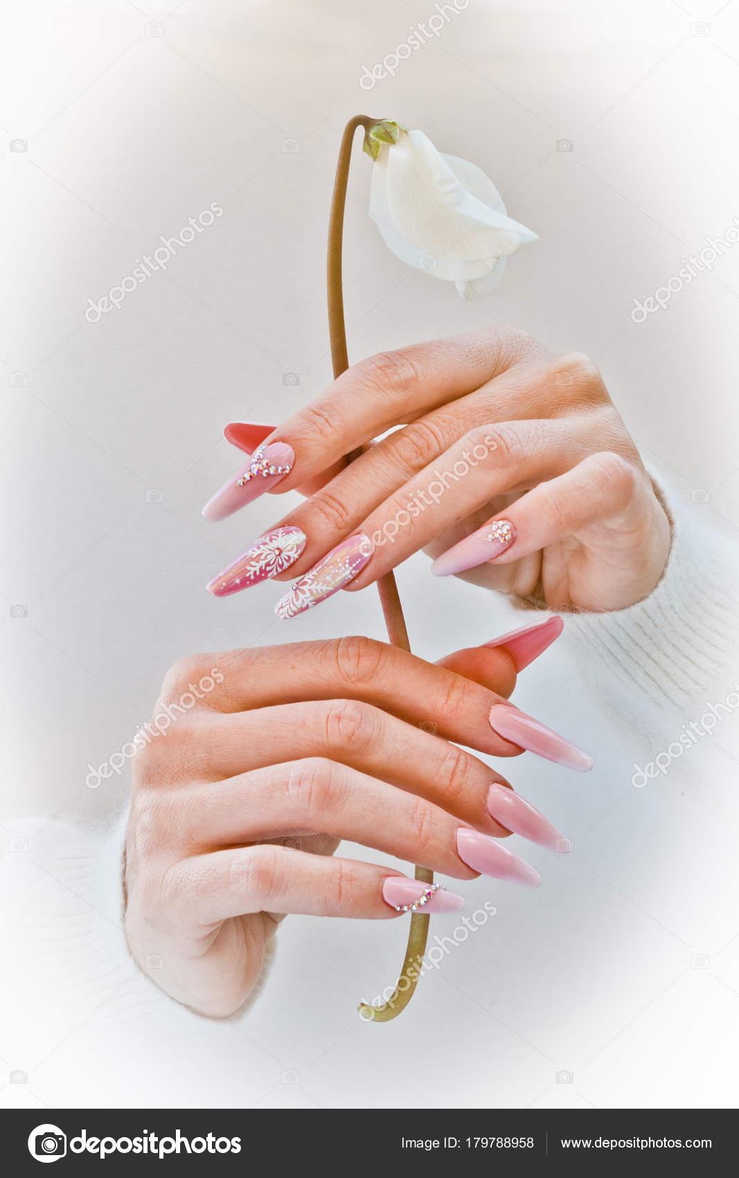 Manos Con Unas Decoradas Con Color Rosa Y Blanco Apretar Un W Foto