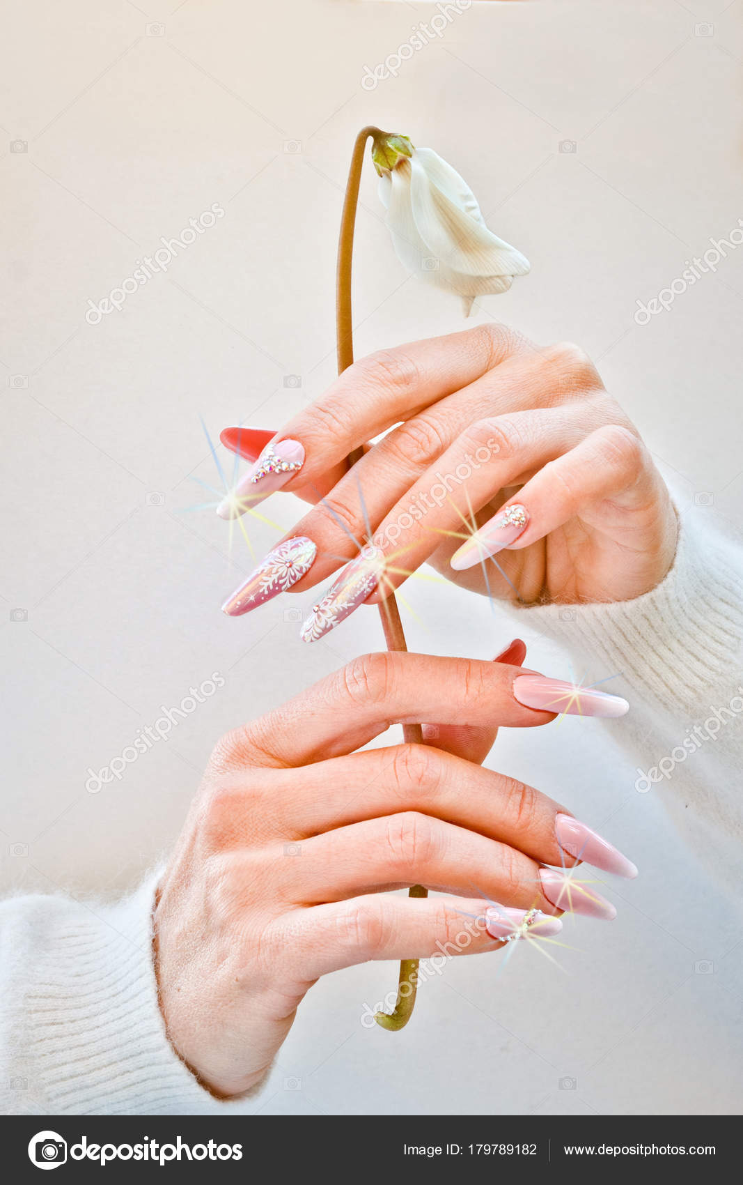 Manos Con Unas Decoradas Con Color Rosa Y Blanco Apretar Un W
