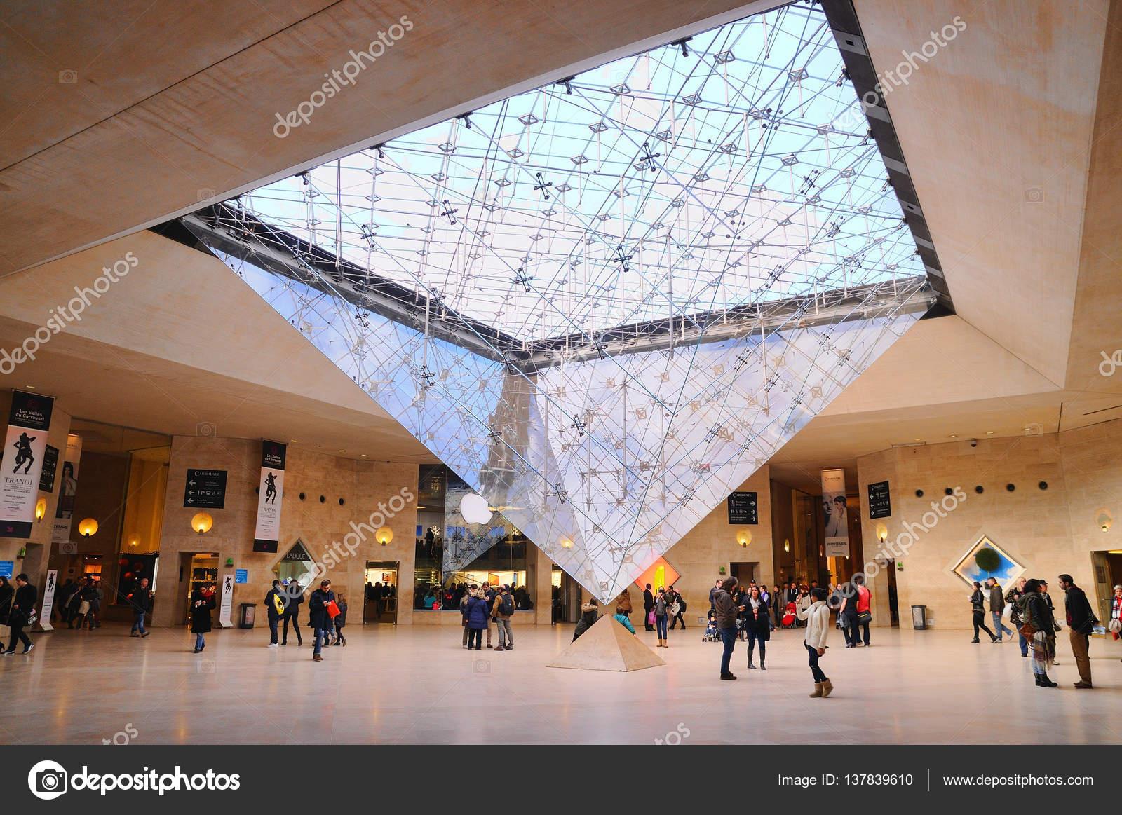 Innenansicht des Louvre-Museums — Redaktionelles Stockfoto © chbm89 ...
