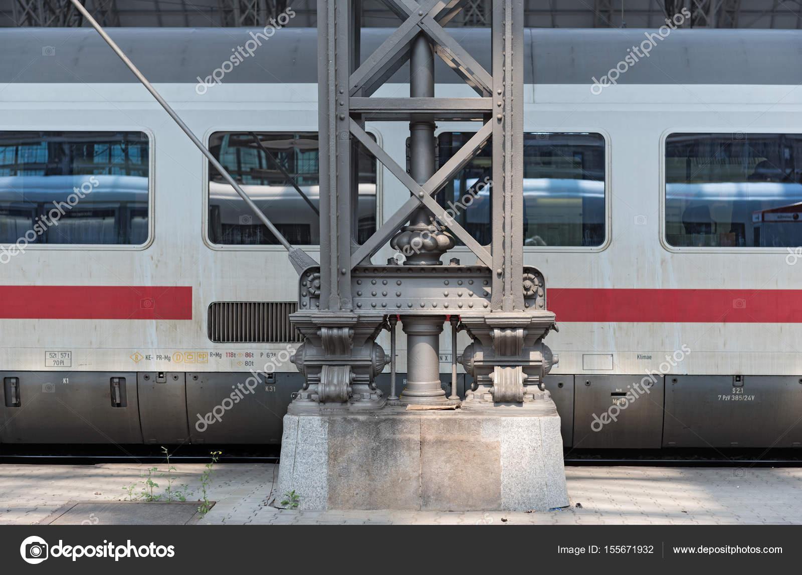 142d32afe6 Frankfurt am Main, Németország-május 30, 2017: Jég kocsi és vas tető  pillére a frankfurti központi pályaudvar — Fotó szerzőtől ...