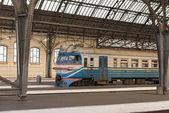 Osobní platformou Lvov-Holovnyi, hlavní vlakové nádraží v Lvově, Ukrajina