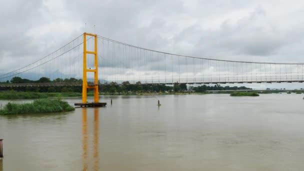 Detailní záběr mostu na vodě