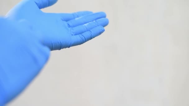 blauer Handschuh auf weißem Hintergrund.