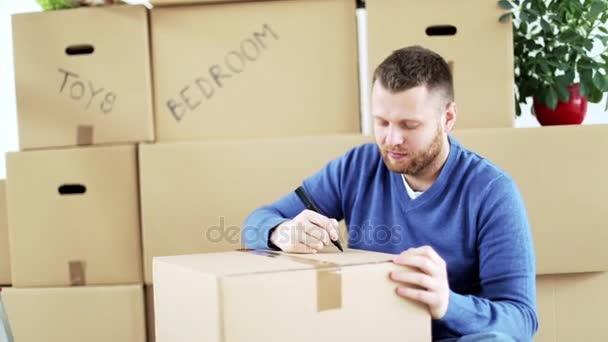 Mann signiert Kisten