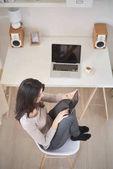 Fényképek fiatal nő olvasó segítségével tabletta
