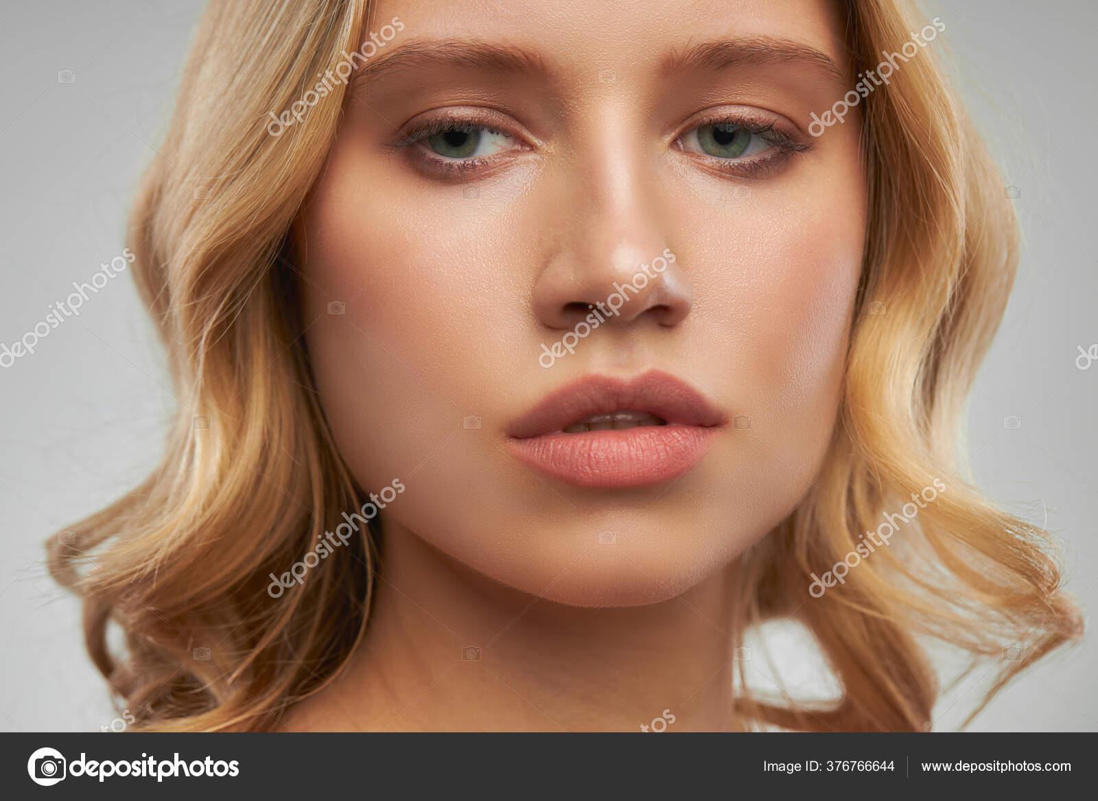 Mujer Desnuda Joven Hermosa Con El Collar Que Lleva Del