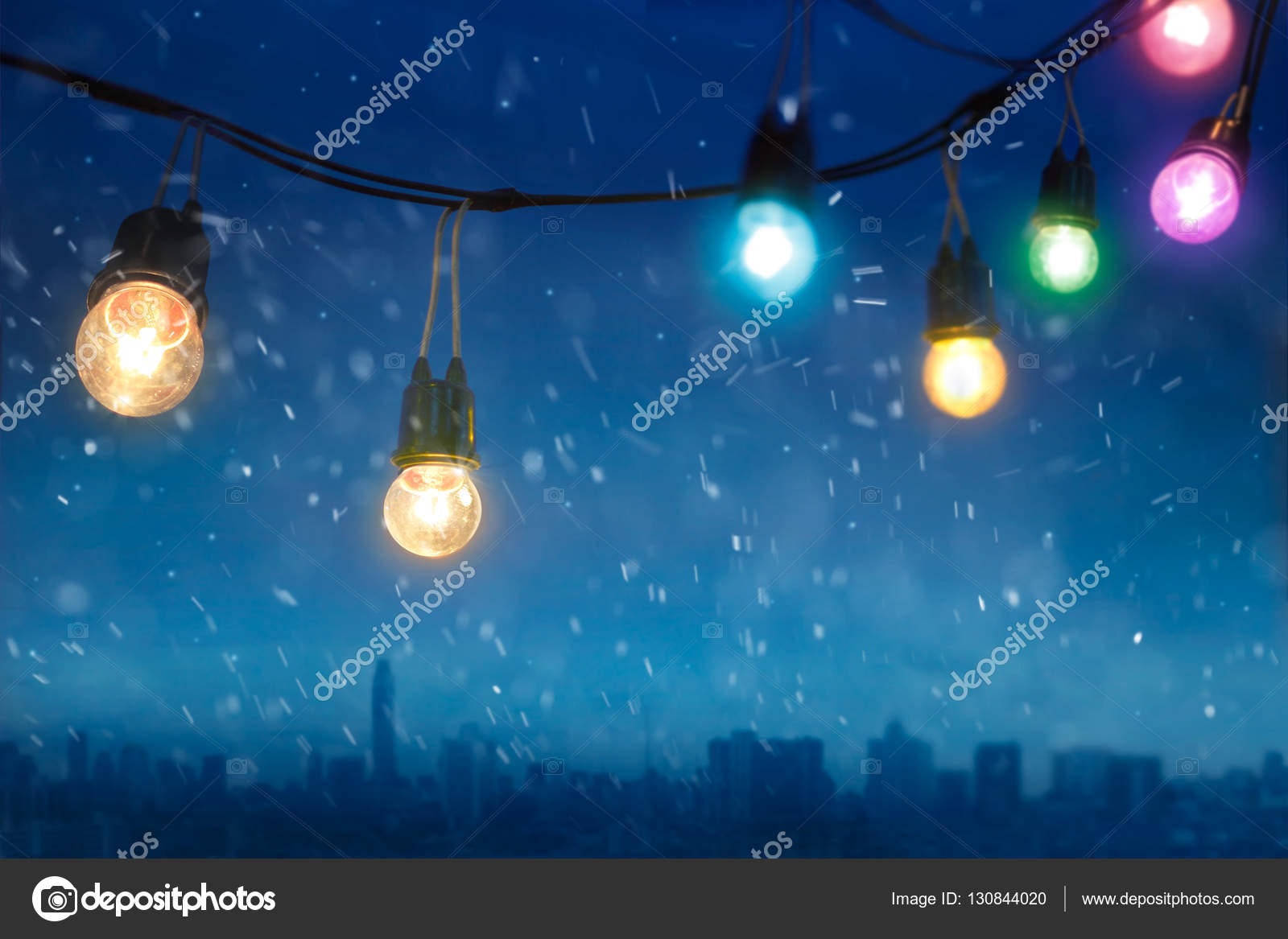 Weihnachtsbeleuchtung Bunt.Bunt Leuchtende Weihnachtsbeleuchtung In Fallenden Schnee Auf