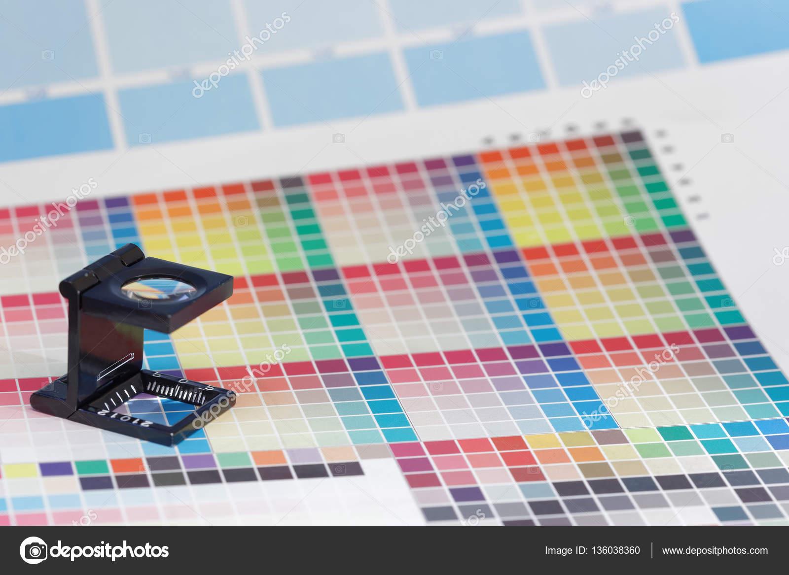 Lupa o lupa de la impresora se encuentra en una hoja de prueba de ...