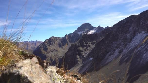 Horská alpská krajina s trávou. Vrcholky hor