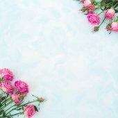 Rózsaszín rózsák és levelek
