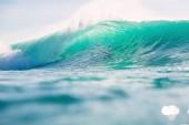 Fotografie Foto krásné čisté moře vlny na pozadí modré oblohy
