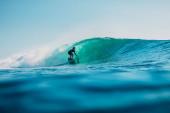 16. ledna2020. Bali, Indonésie. Surfař na vlně oceánu. Pr