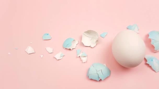 Tojáshéj színű húsvéti tojás pasztell rózsaszín háttér.