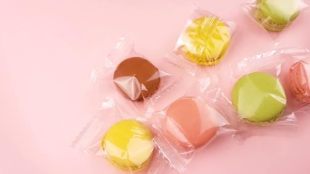 Színes édes macaroons vagy pasztell rózsaszín háttér átlátszó csomagban macaron.