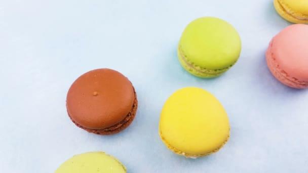 Makronky sladké barvy nebo macaron pastelové modré povrchu. Detailní záběr