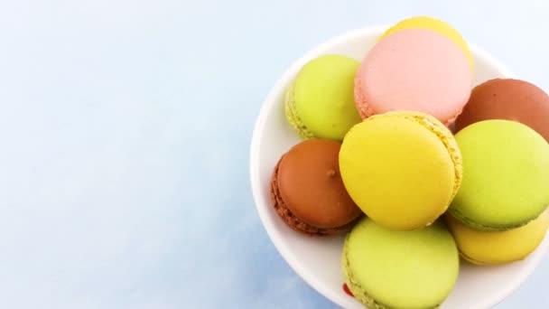 Makronky nebo macaron pastelové modré povrchu. Detailní záběr