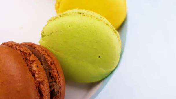 Makronky sladké barvy nebo macaron v pastelově modré krabičky