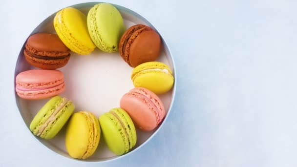 Édes színes macaroons vagy macaron pasztell kék díszdobozban.