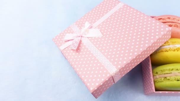 Édes színes macaroons vagy pasztell rózsaszín díszdobozban a kék macaron.