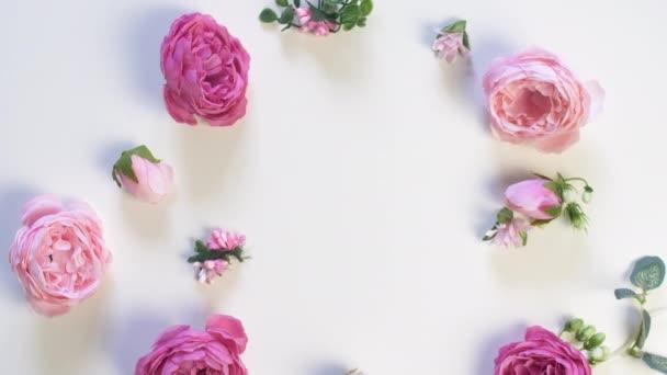 Mnoho růžových růží na bílém povrchu. Horní pohled na květiny. Svatební minulost. 8. března.