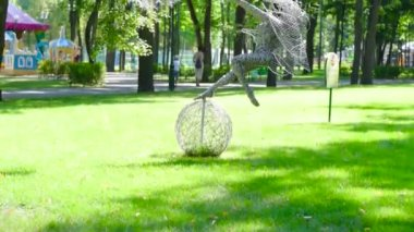 Ukrajina, Charkov-August 20, 2017: Plastika dívky s Pampeliška
