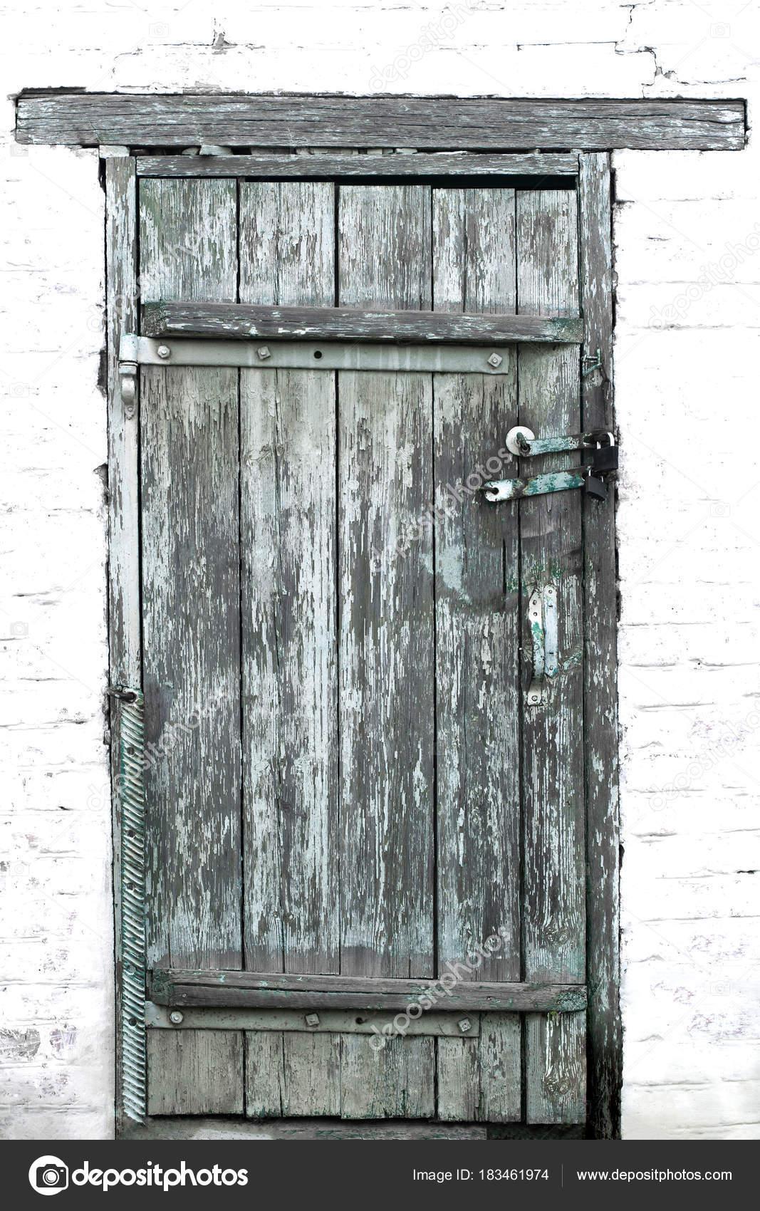 Alte Holztüren alte holztüren geschlossen zwei vorhängeschlösser vor dem