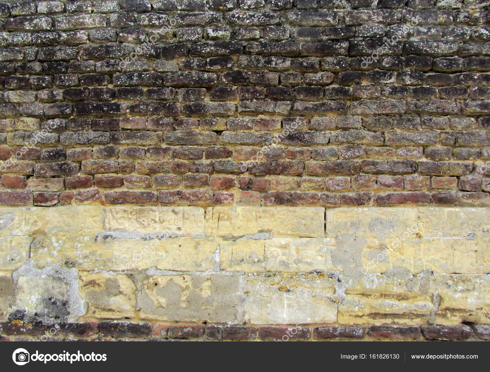 Vecchio Danneggiato Il Muro Di Mattoni Con Intonaco Foto Stock