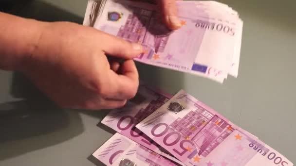 Počítání peněz - velké eurobankovky. Vynaložit finanční prostředky nebo odměny. Evropa bankovky