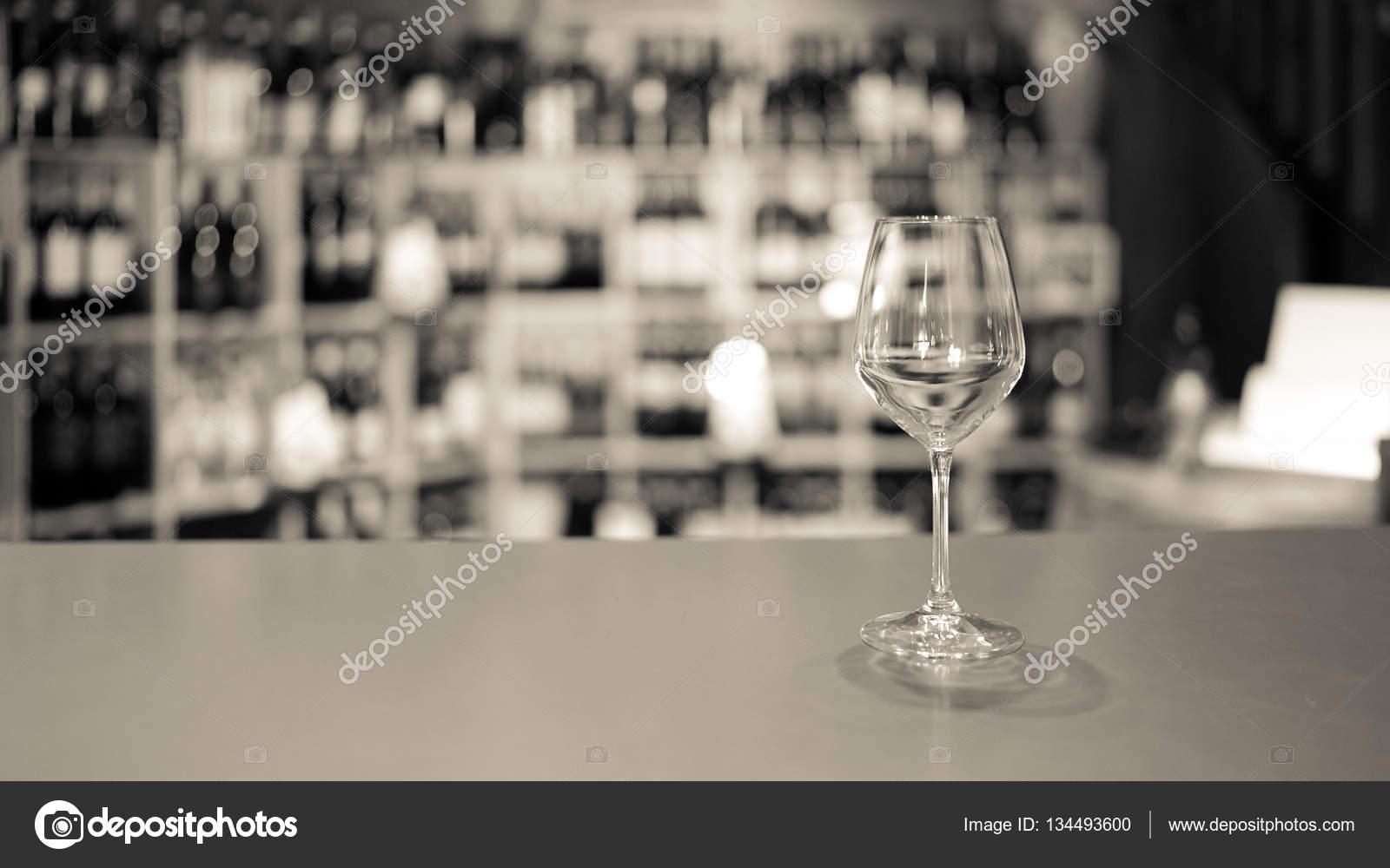 Weißes Glas Wein in eine italienische Weinbar — Stockfoto © Isaac74 ...