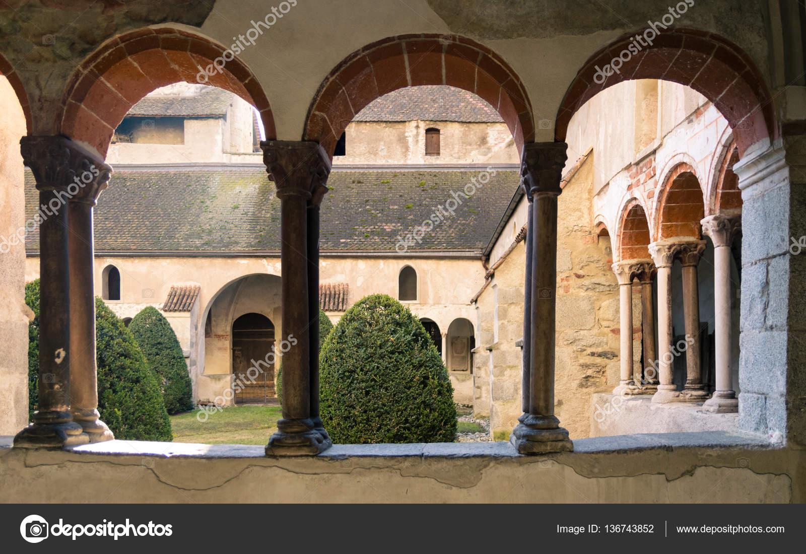 Finestre ad arco del chiostro della cattedrale foto - Finestre ad arco prezzi ...