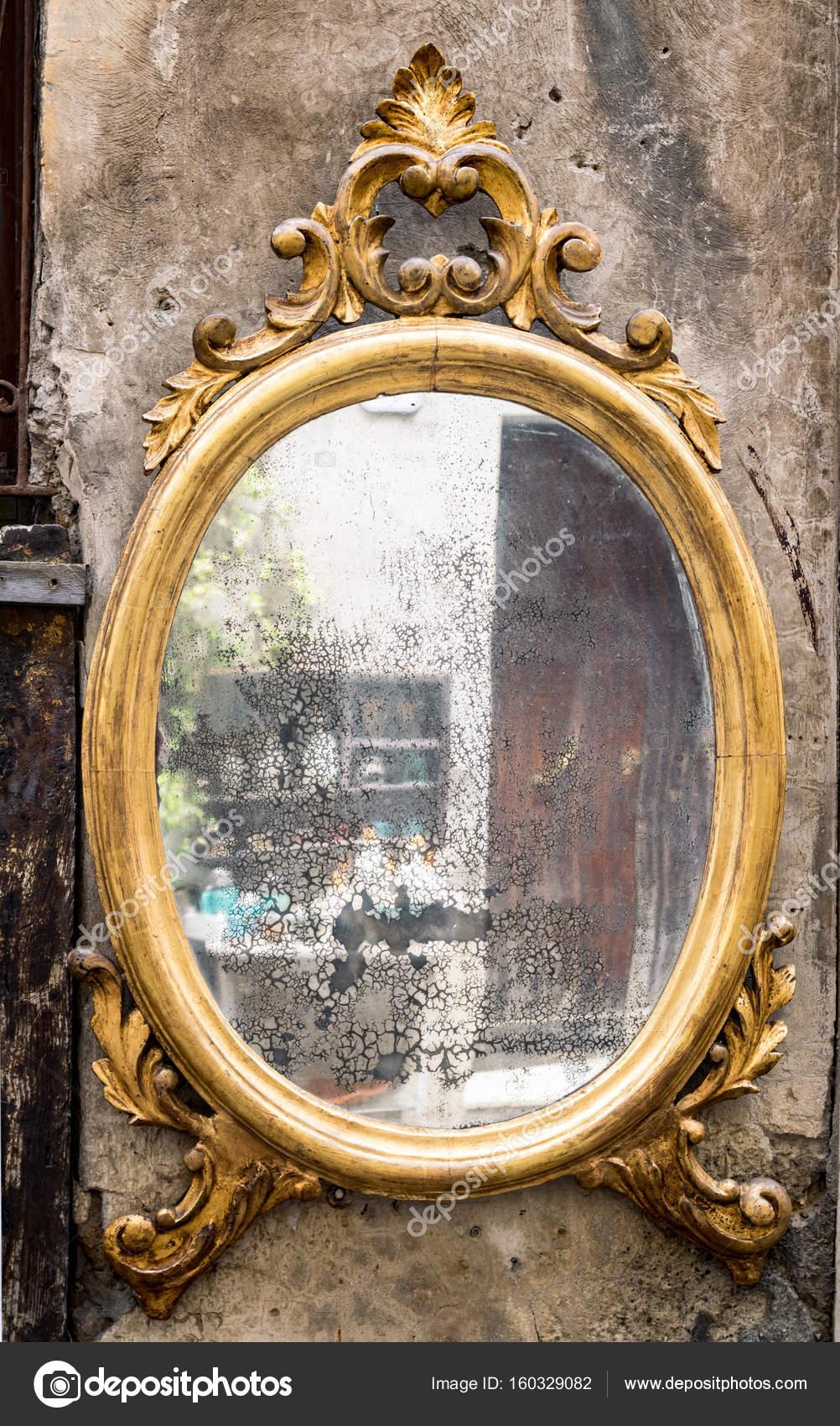 klassieke antieke spiegel met vergulde frame — Stockfoto © Isaac74 ...