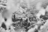 Fotografia Piccolo villaggio tra le verdi colline italiane