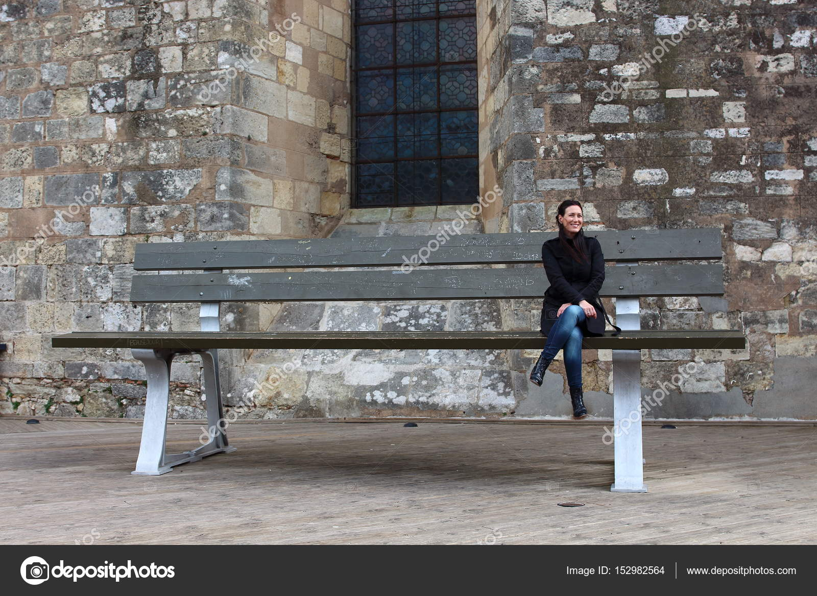 Jovem Mulher Sentada Em Um Banco Muito Grande Local Obra De Arte - Bancos-de-obra