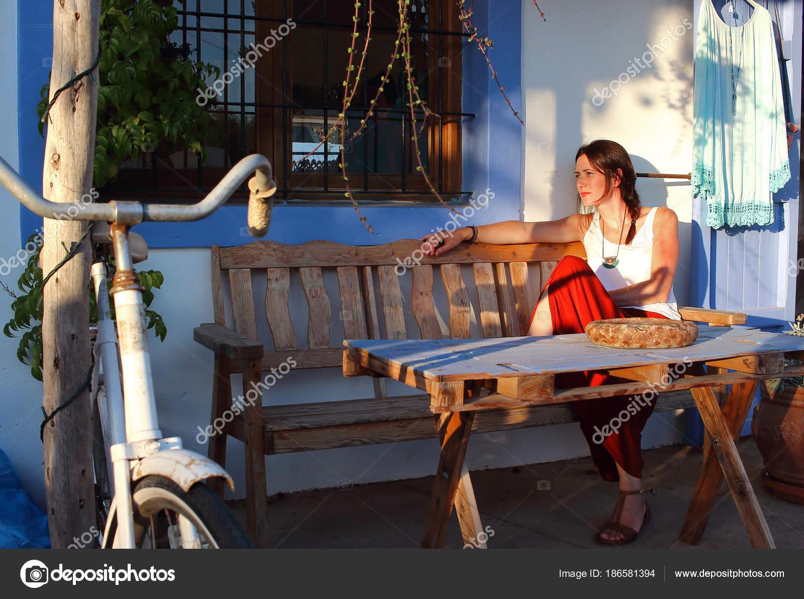 Junge Schöne Frau Sitzt Auf Der Terrasse Eine Stilvolle Bar ...