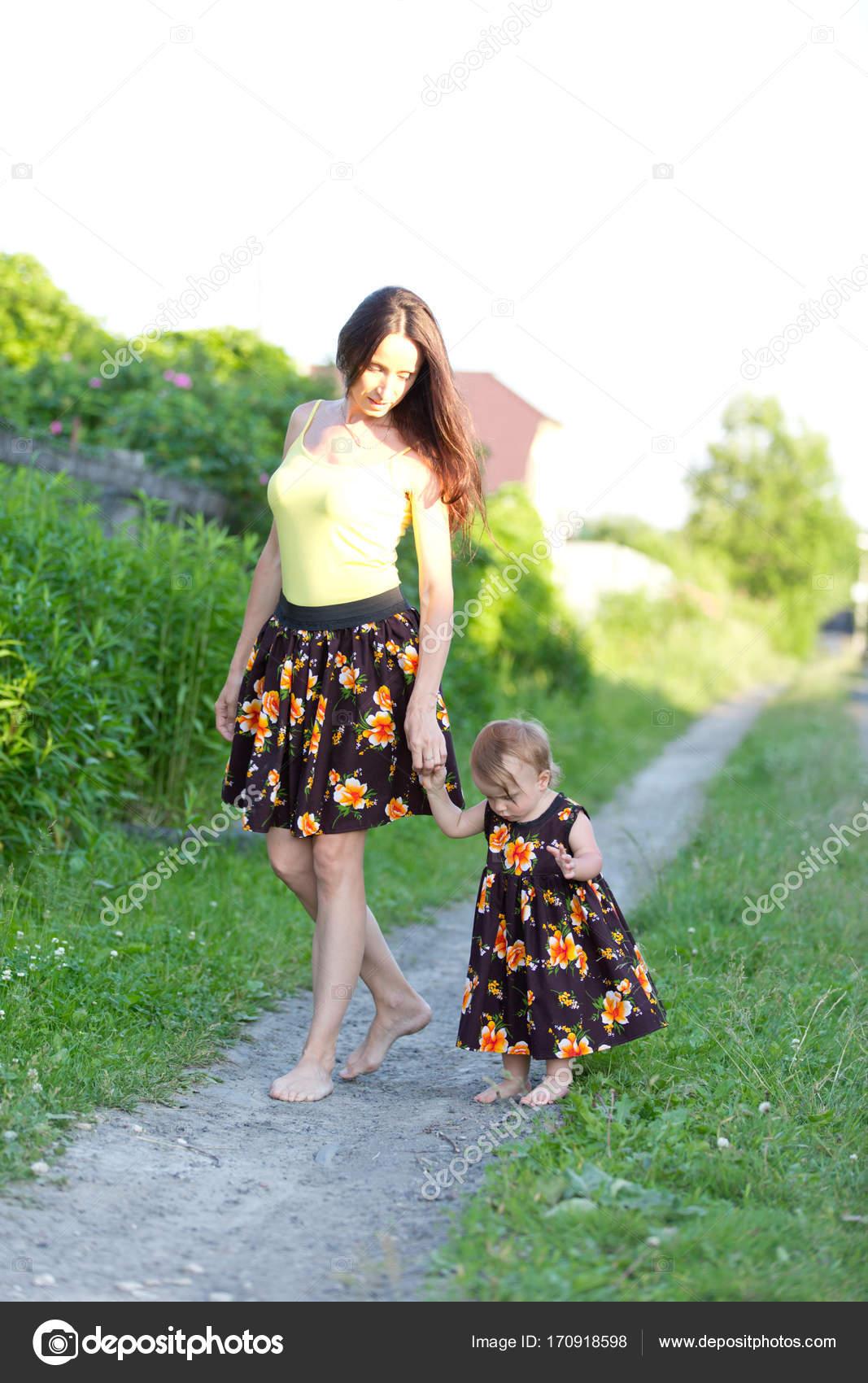 Mamma e bambino ragazza cammina a piedi nudi su una strada for Piani casa di campagna 2000 piedi quadrati