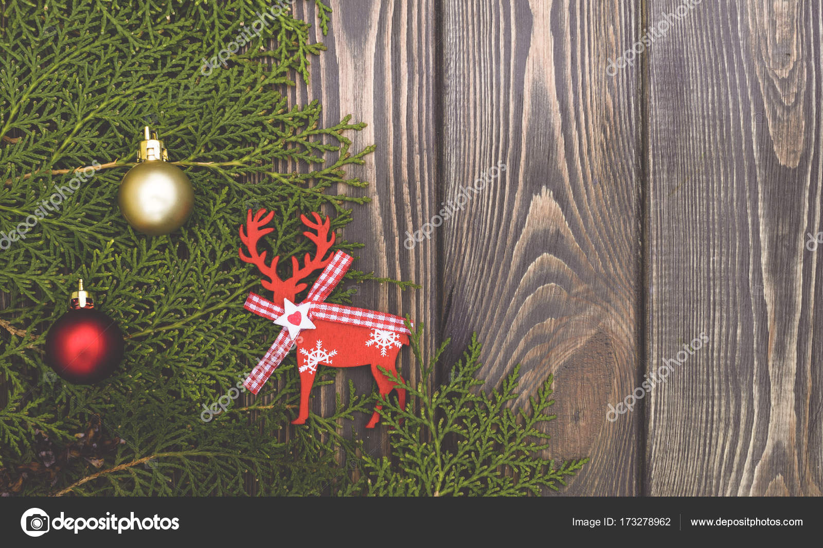 Woody background and vintage Christmas tree toys. Old-fashioned ...