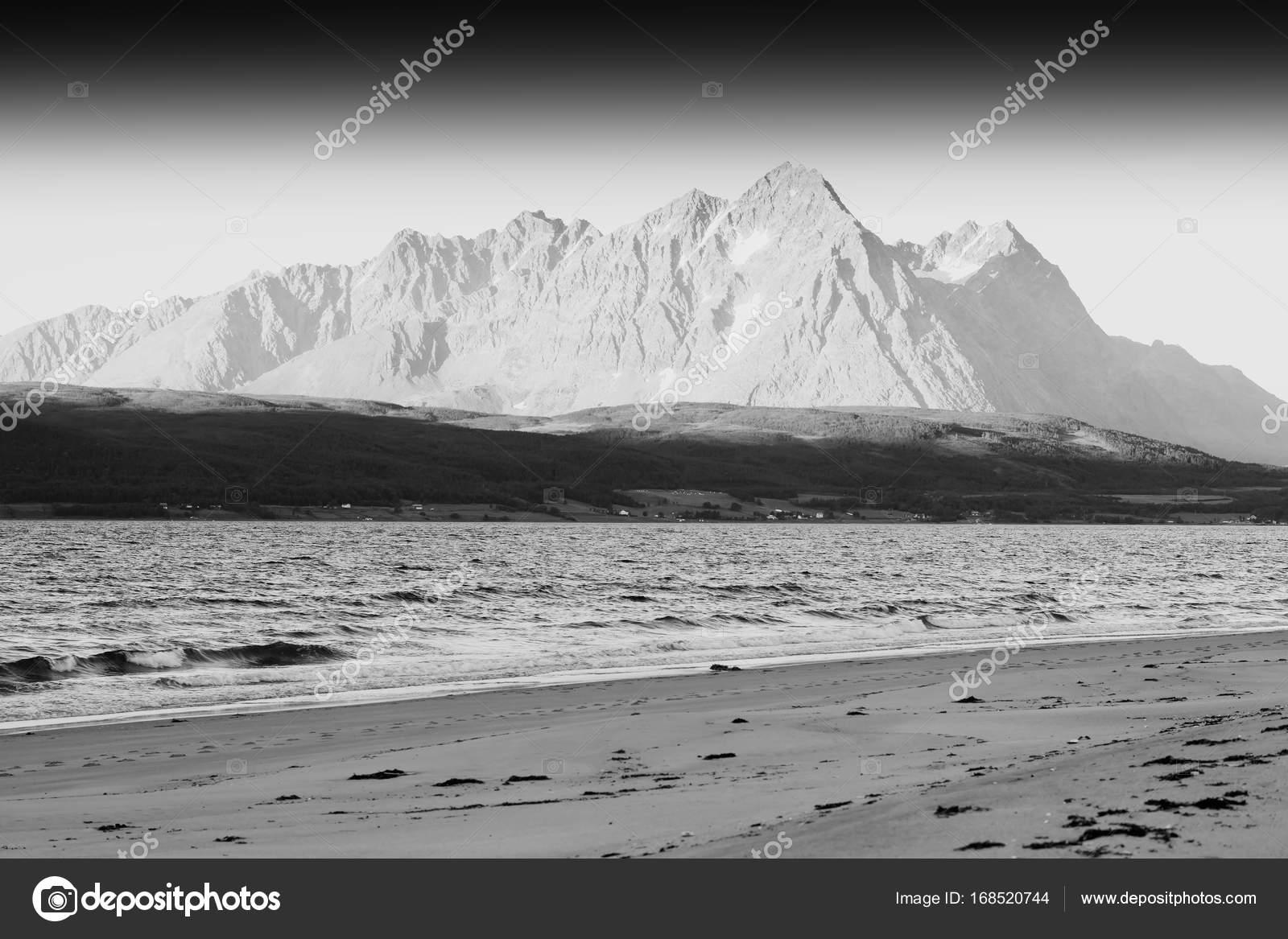 Sfondo Bianco E Nero Norvegia Mare Montagna Paesaggio Foto Stock