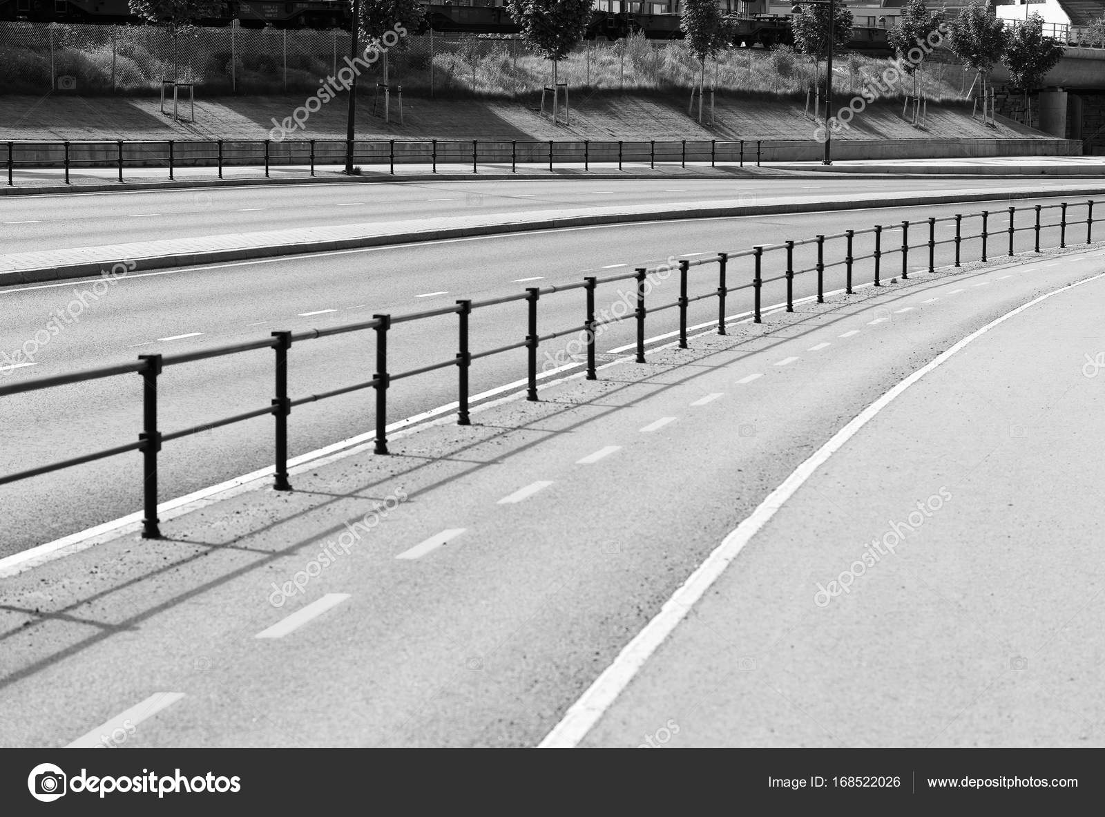d4b2e61ebf9d Fondo de negro y blanco Noruega camino de línea de separación — Fotos de  Stock