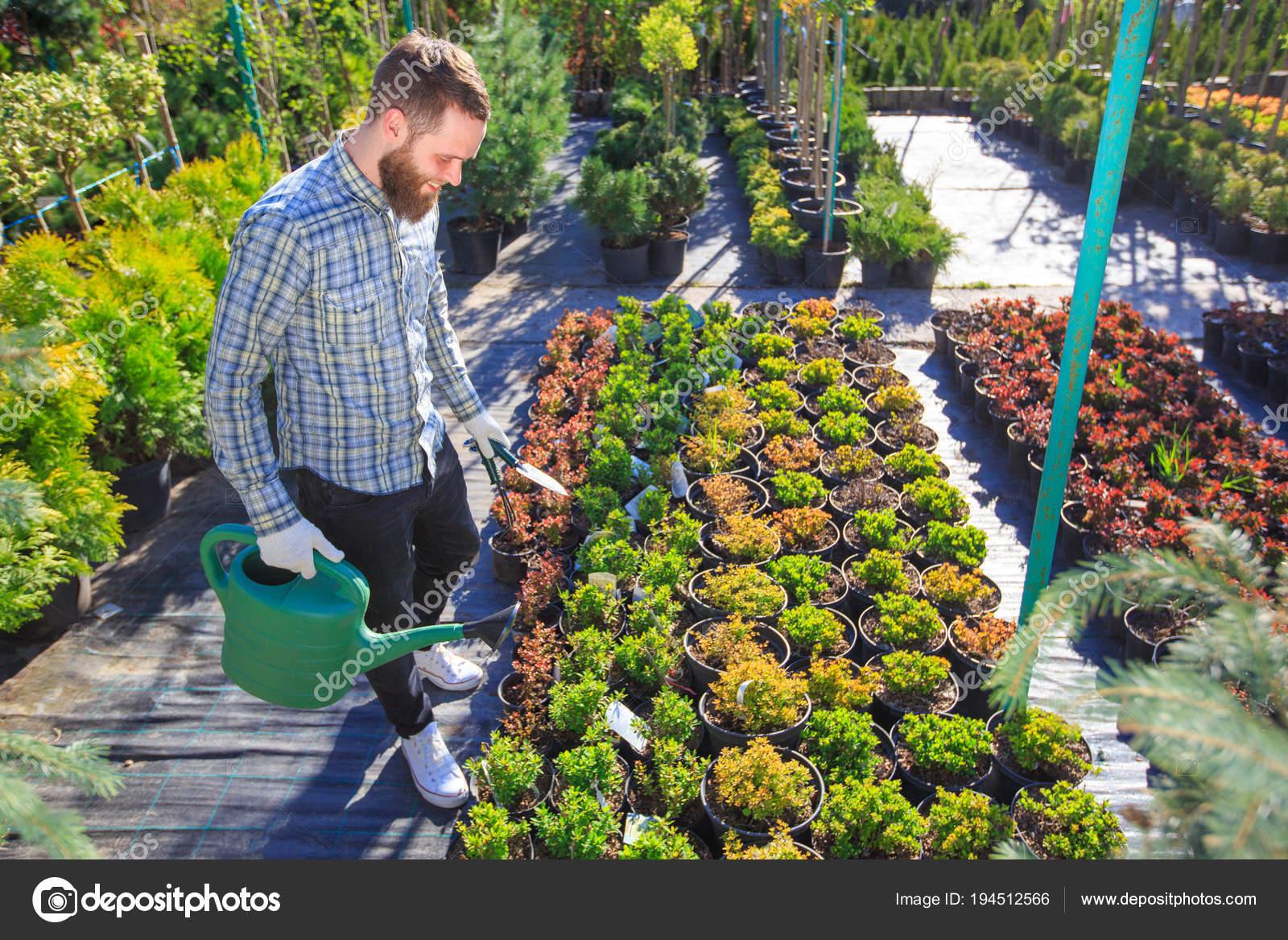Atemberaubend Hipster Gärtner arbeiten im Garten in der Stadt — Stockfoto #YM_36
