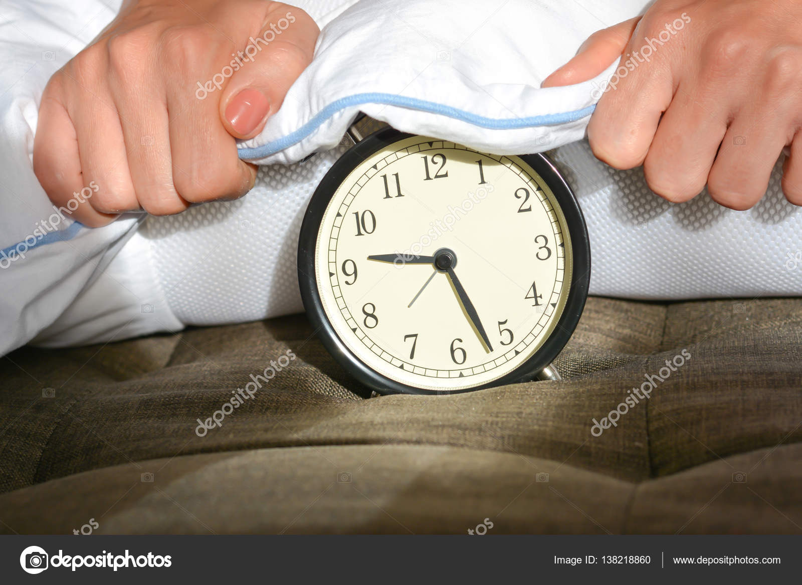 Kussen Wit 12 : Zwarte wekker gedekt door een wit kussen u2014 stockfoto © ai825 #138218860