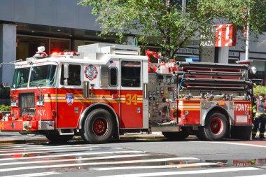 İtfaiye arabası içinde hareket cehennem tavuk, Manhattan, New York