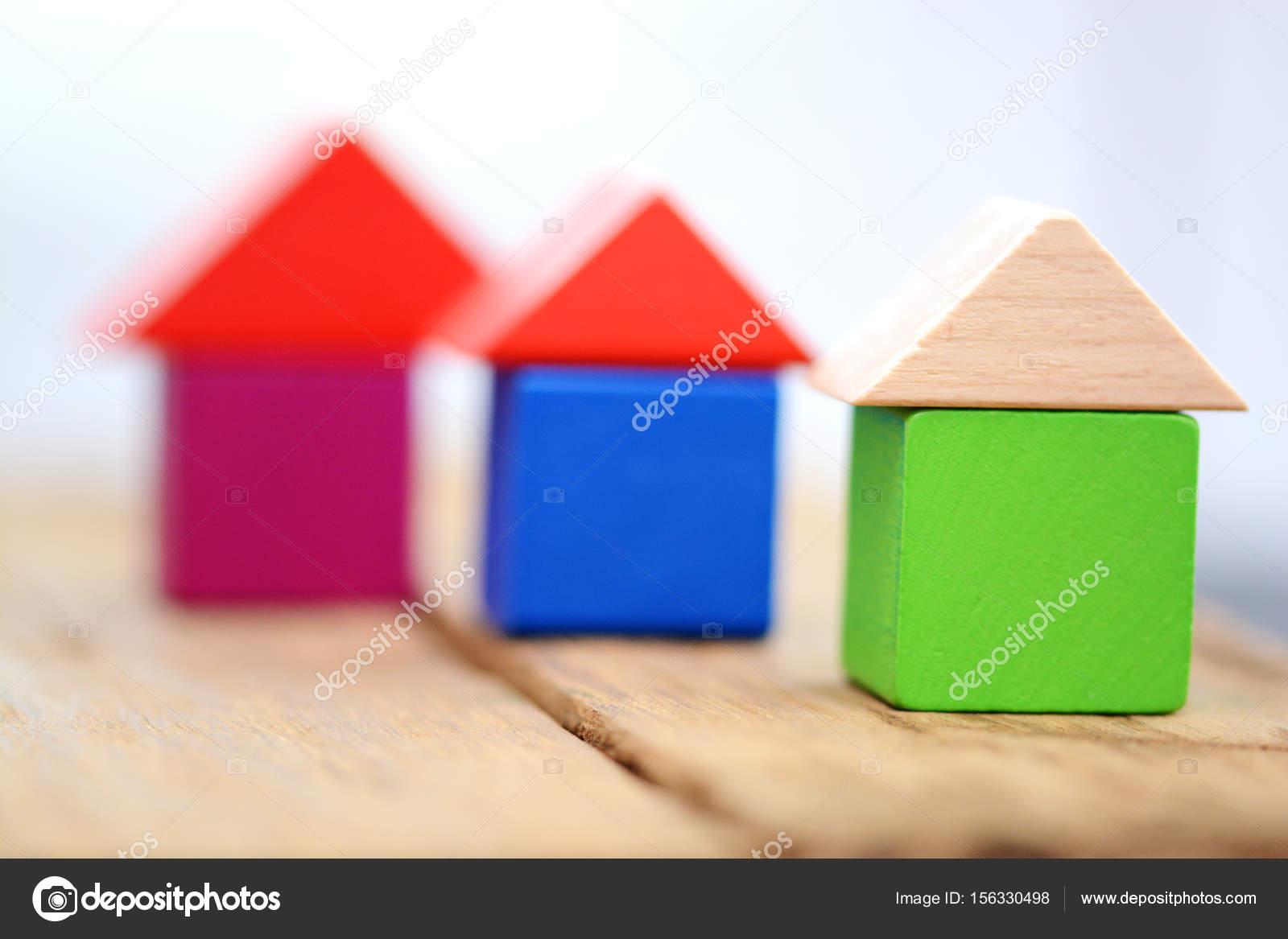 ef53d6737c1e Έννοια σπιτιών διακοπών με πολύχρωμα σπίτια από ξύλινα κυβάκια — Εικόνα από  ...