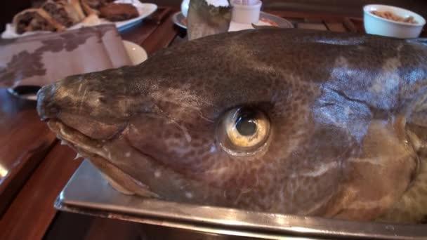 Meeresfische kochen. Meeresfisch auf einem Backblech.