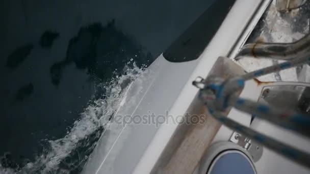 Bow bílé jachty konce vln. Pohled shora.